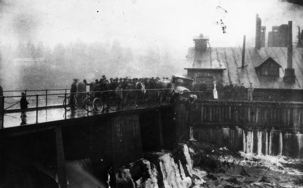Päivän kolarikuva: Auto putosi melkein sillalta koskeen