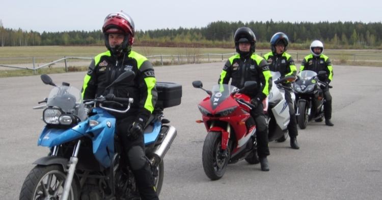 Liikenneopettajan muistilista moottoripyörilyn ihanuudesta — ja riskeistä!