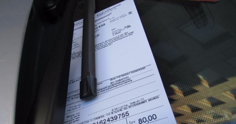 Enemmän kuin joka kymmenes autoilija köyhtyi viime vuonna parkkisakoista