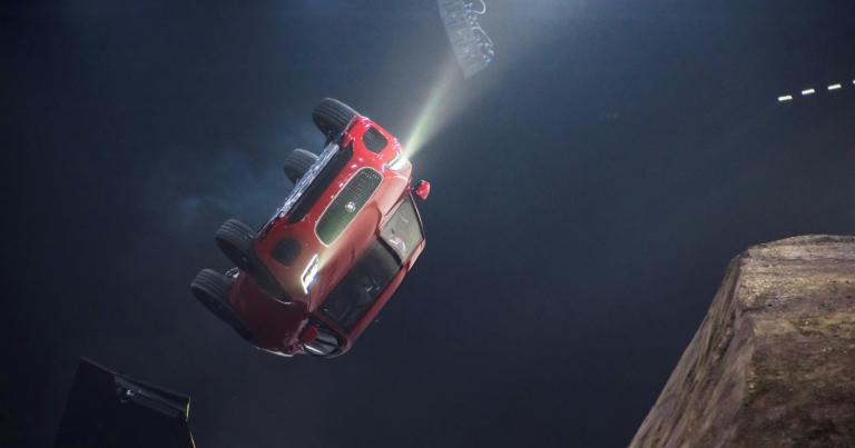 Jaguar E-Pace julkistettiin huimalla korkkiruuvitempulla