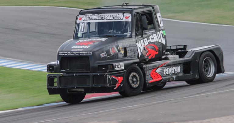 Ratakuorma-autoilu: Mika Mäkinen tuplasi pistejohtonsa Britannian sarjassa