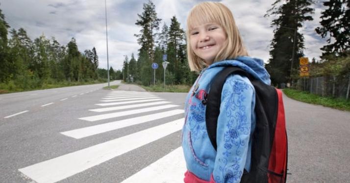 Elämänturvaajat ohjaavat koululaisia turvalliseen tien ylitykseen