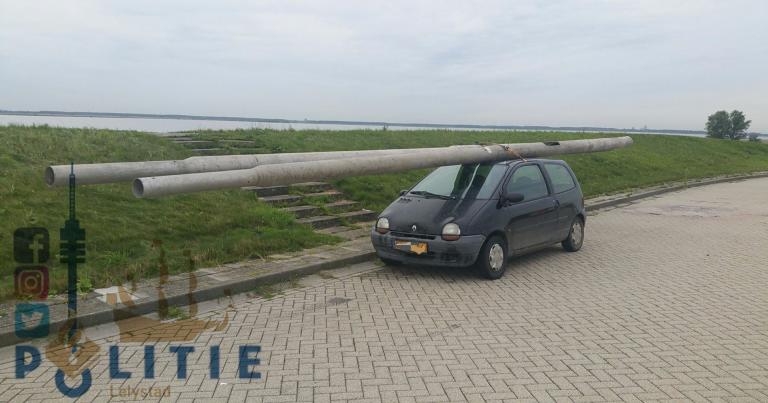 Päivän kuva: Olipa erikoinen kuorma – kaksi isoa pylvästä pikkuauton katolla!