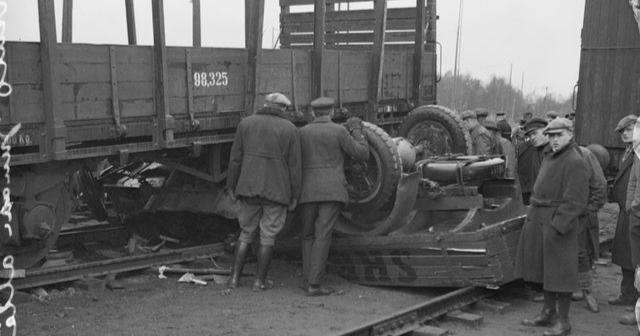 Päivän kolarikuva: Rumaa jälkeä syntyi, kun auto jäi junanvaunun alle