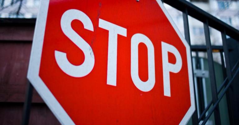 Suomalaiset paheksuvat autoilijoiden piittaamattomuutta liikennevaloista ja -merkeistä