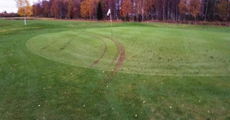 Golfkenttää tärveltiin mönkijällä