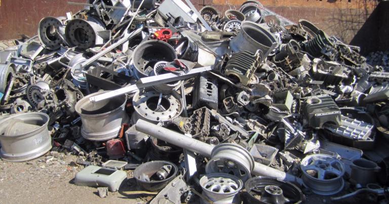 Autojen kierrätys hyödyntää romuauton materiaalit tehokkaasti