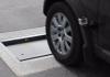 Uutta tekniikkaa: Tukholmassa ylinopeutta kulkeva auto törmää kadussa avautuvaan hidasteeseen