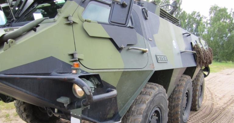 Kaksi armeijan miehistönkuljetuspanssariajoneuvoa ojaan