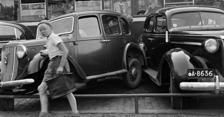Päivän kolarikuva: Erikoinen kahden auton törmäys Helsingissä