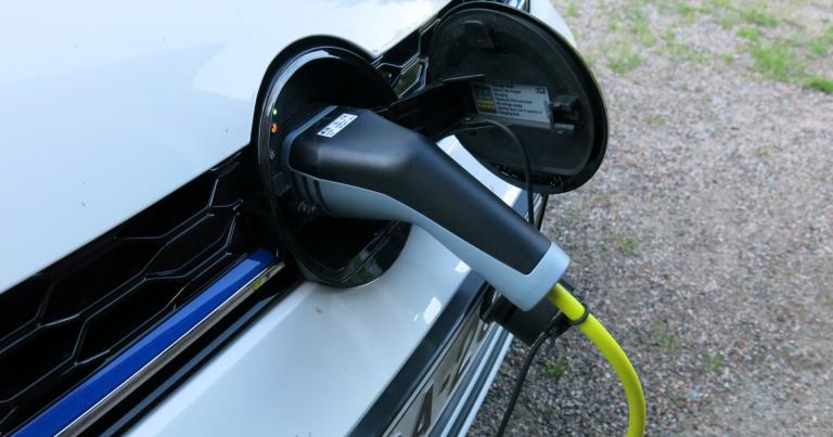 Yritysautojen määrä kasvaa Suomessa – myös sähköautojen!