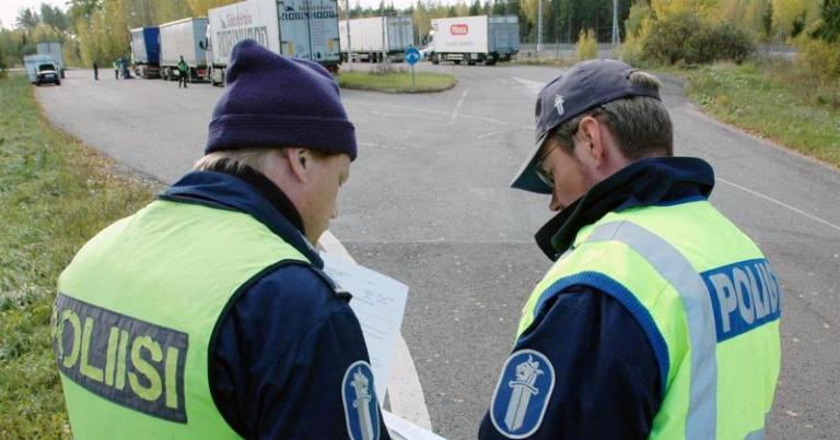 Poliisi huolestunut raskaan liikenteen puutteellisista kuorman varmistuksista