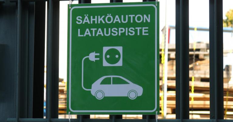 Jatkossa julkiset ajoneuvohankinnat ovat vähäpäästöisiä  — vuodesta 2026 henkilöautot täyssähköautoja