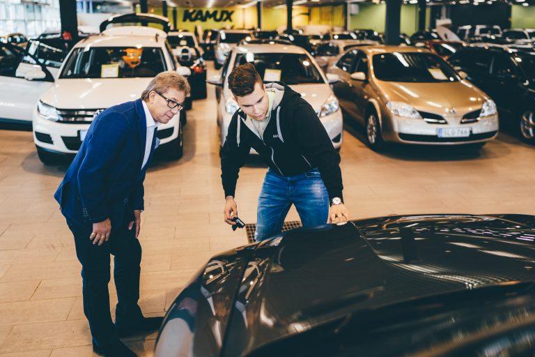 Oletko ostamassa käytettyä autoa — katso tästä tärkeät vinkit!