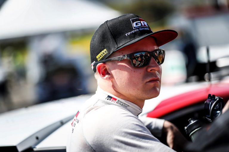 WRC: Toyotalla kolmoisjohto Australiassa ensimmäisen erikoiskokeen jälkeen