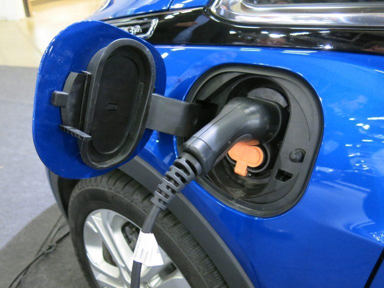 Monessa taloyhtiössä mietitään jo sähköautojen latausmahdollisuutta