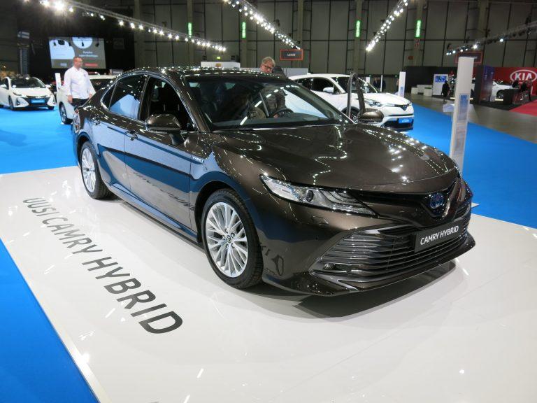 Toyotan Camry Hybrid on hinnoiteltu ja ensimmäistä kertaa näytillä Suomessa