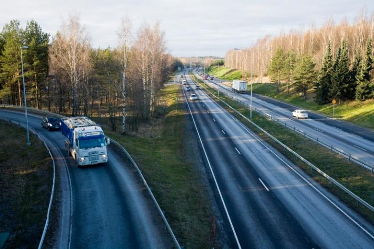 LVM: Sähköa ja kaasua tarjolla autoille yhä laajemmalla alueella Suomessa