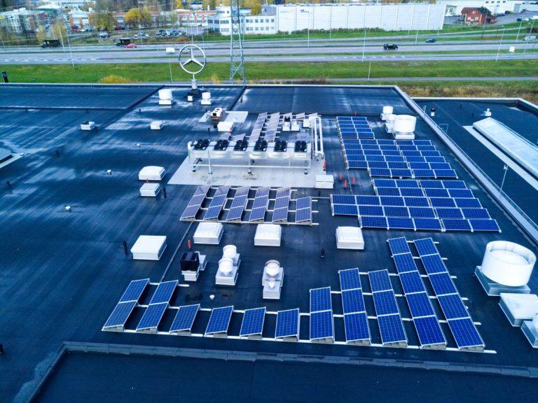 Veho Airportissa ladataan sähköisiä autoja aurinkoenergialla