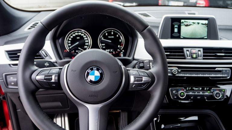 Varkaat iskivät BMW-autoihin Espoossa — veivät ajotietokoneita ja ratteja