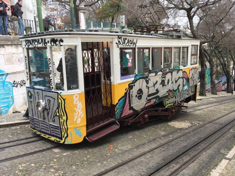 Päivän kuva: Lissabonissa ratikka kiipeää ylämäkeä