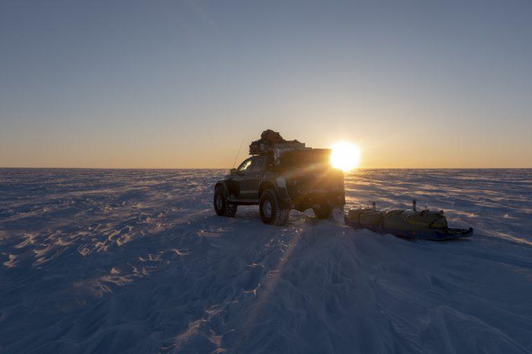 Maastoautoilla Grönlannin etelärannikolta maan pohjoisimpaan kolkkaan