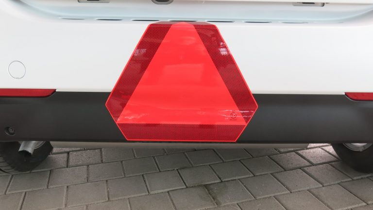 Mopoautoilija ajoi stop-merkin ohi suoraan raskaan yhdistelmän kylkeen