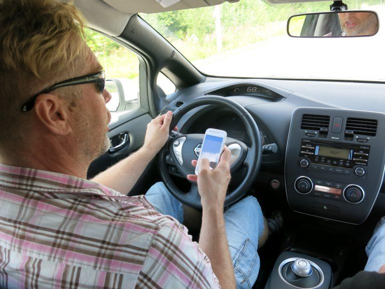 Alakouluikäisten vanhemmat yhä huolestuneempia autoilijoiden kännykän käytön aiheuttamista vaaroista lasten koulumatkoilla