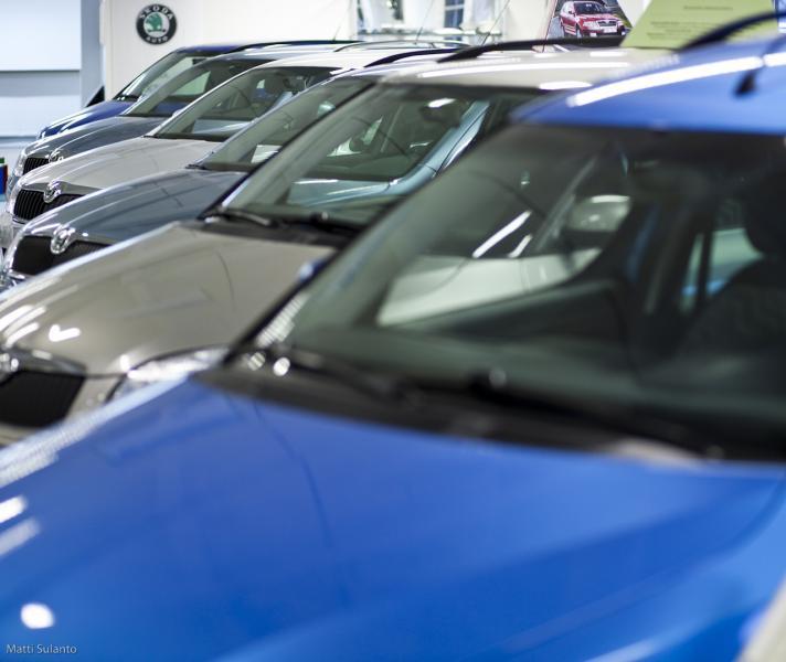 Koronakriisi romahduttaa uusien autojen myynnin — romutuspalkkio voisi auttaa
