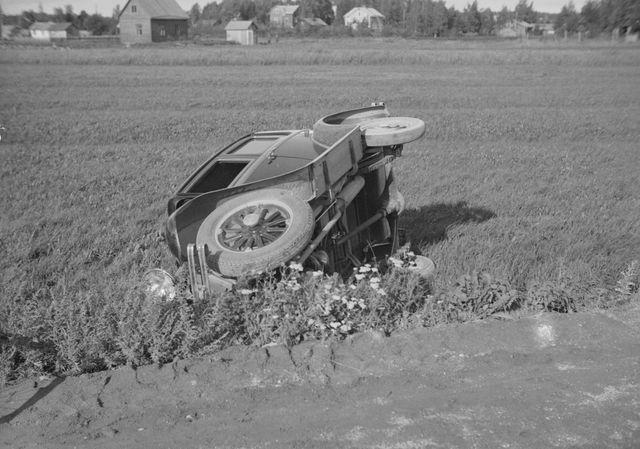 Päivän kolarikuva: Auto ajanut pellolle Helsingin maalaiskunnassa