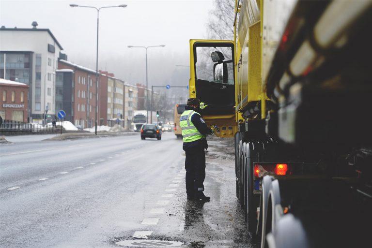 Kolmen poliisilaitoksen yhteisessä raskaan liikenteen valvonnassa paljastui muun muassa täysin sitomaton paperirullakuorma