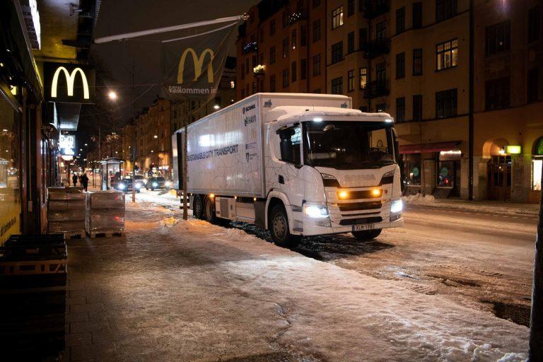Hybridikuorma-autoilla kaupunkien keskustoihin äänettömämpiä yökuljetuksia