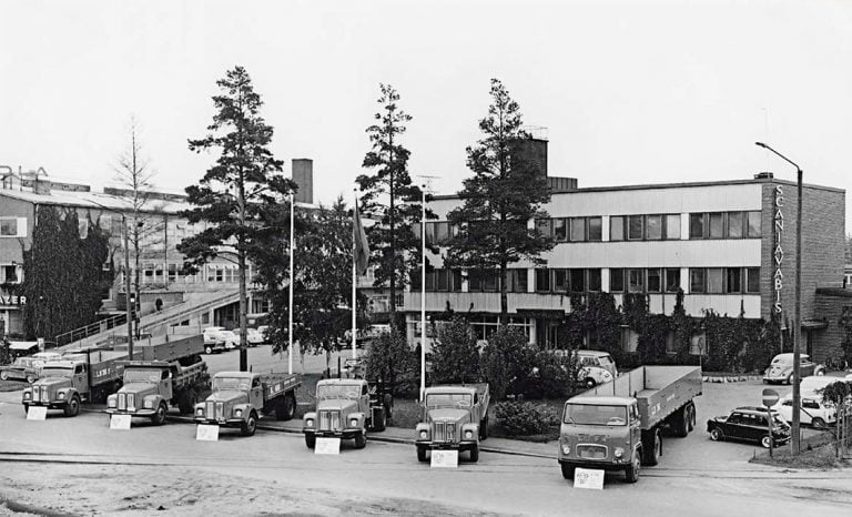 Tänään 70 vuotta täyttävä Scania Suomi on ollut monessa mukana— kuorma-autoja, henkilöautoja, lentokoneita, helikoptereita…
