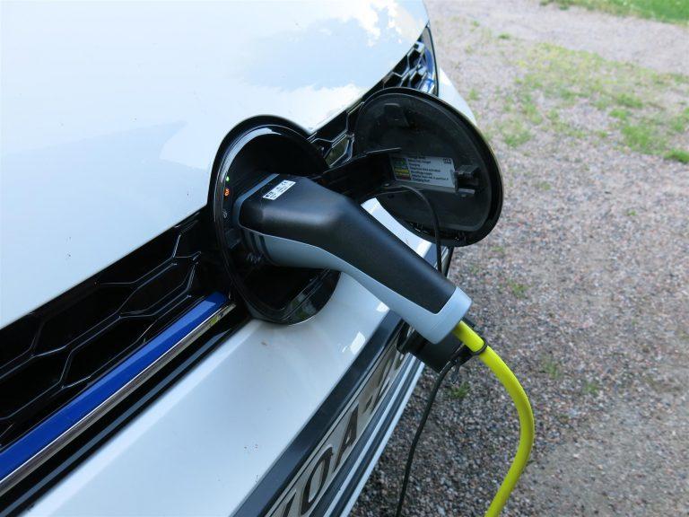 Ladattavien hybridien rekisteröintimäärä on kasvanut 144 prosenttia alkuvuoden aikana
