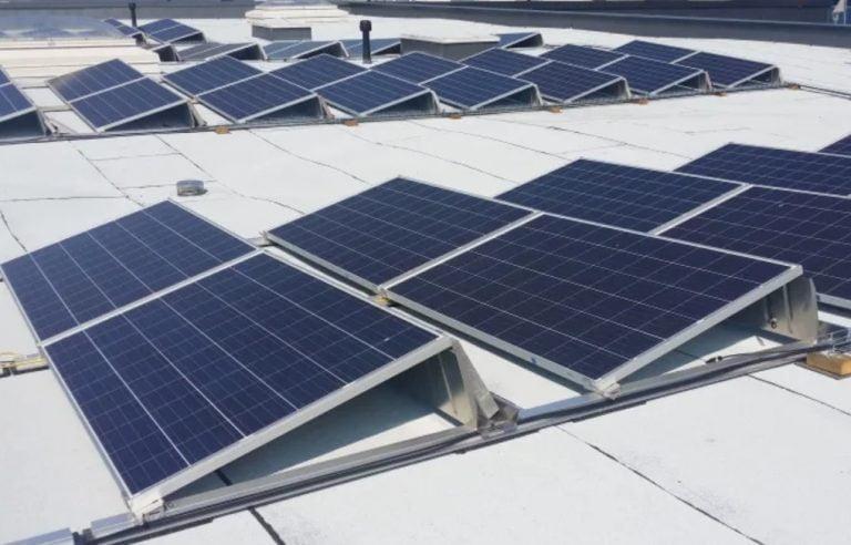 Motonetin emoyhtiö investoi aurinkosähköön ja sähköautojen lataukseen