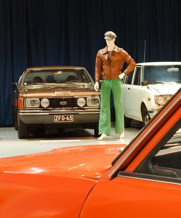 Mobiliassa avautuu 70-luvun näyttely — tarjolla leveitä lahkeita ja lisänä Simo Riikosen taideteokset