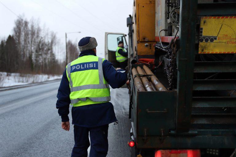 Poliisi: Raakapuu- ja maa-aineskuljetuksien ylikuormat ovat arkea Kainuun teillä