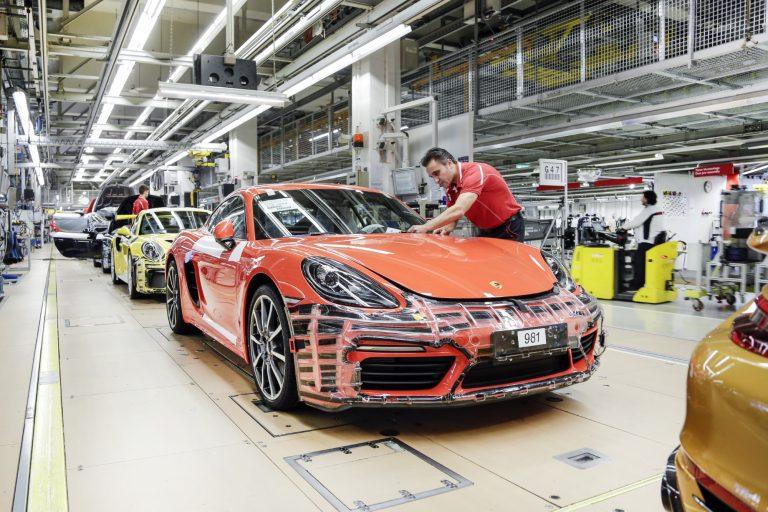 Kannattaisi olla Porschella töissä — henkilökunta saa viime vuodesta melkein 10 000 euron ylimääräisen palkkion