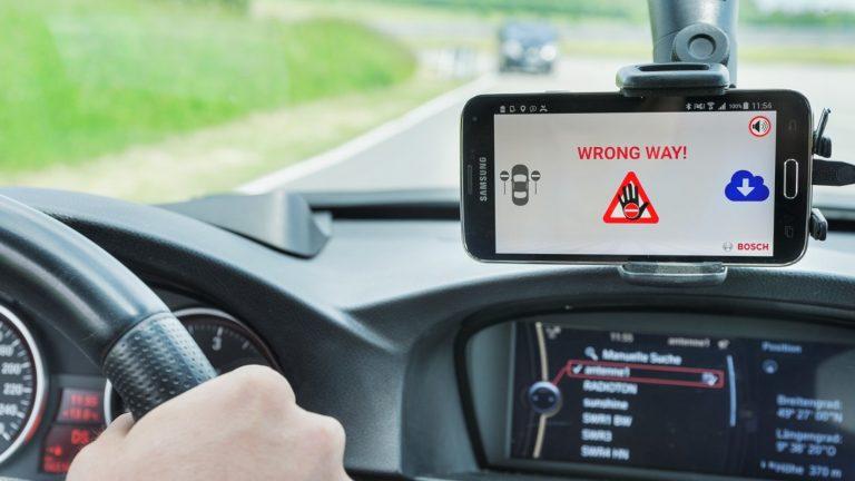 Järjestelmä varoittaa väärään suuntaan ajavista autoista