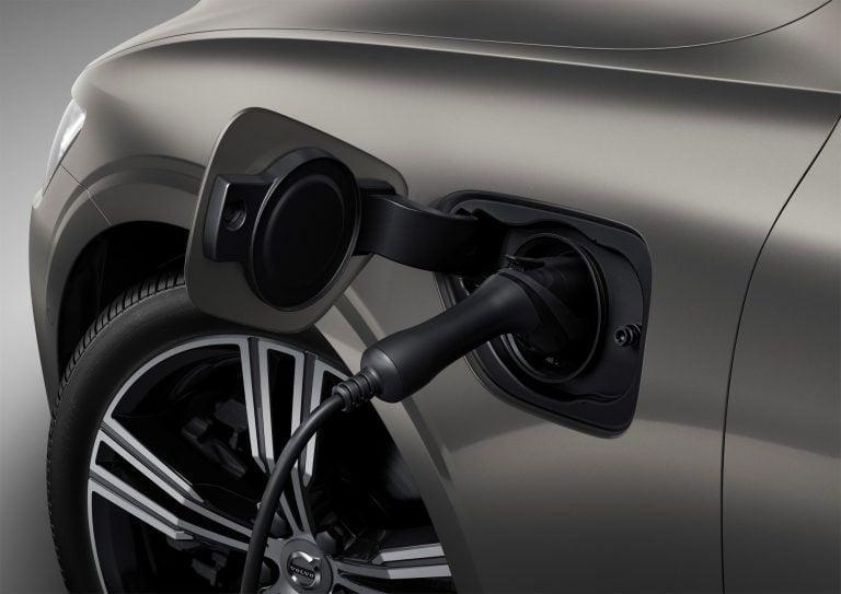Yhä useampi uusi auto on ladattava hybridi