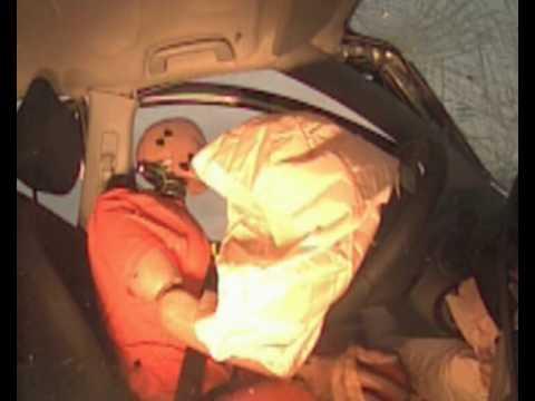 """Autotoday 10 vuotta sitten: """"Kolaritesti videolla: pikkuinen Toyota murskaa ison Volvon"""""""