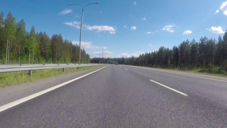 Motouutiset: Hurja video — peräkärryn pohjalevy irtoaa moottoritiellä ja osuu motoristiin!