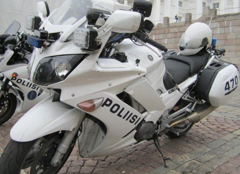 Nuori motoristi kaahasi poliisia karkuun matkustaja kyydissään