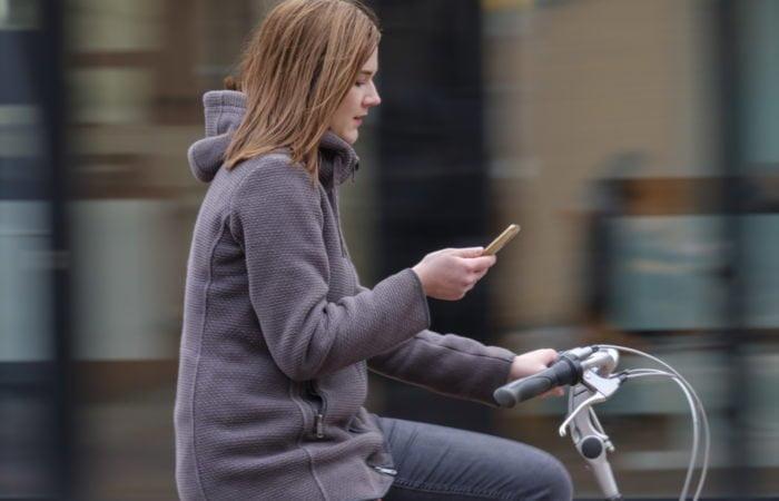 Hollannissa pyöräilijä voi saada 230 euron sakon kännykän käytöstä – ollaanko Suomessa samoilla linjoilla?