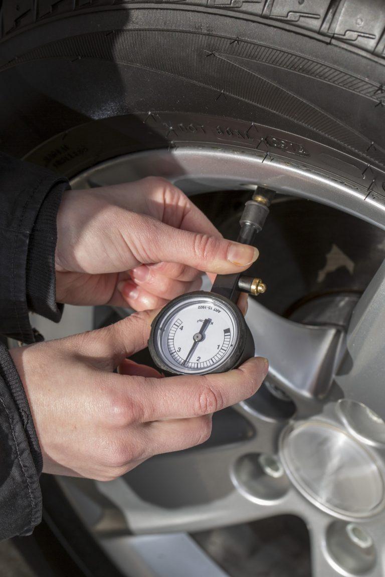 Kolme hyvää syytä tarkistaa rengaspaineet renkaidenvaihdon yhteydessä