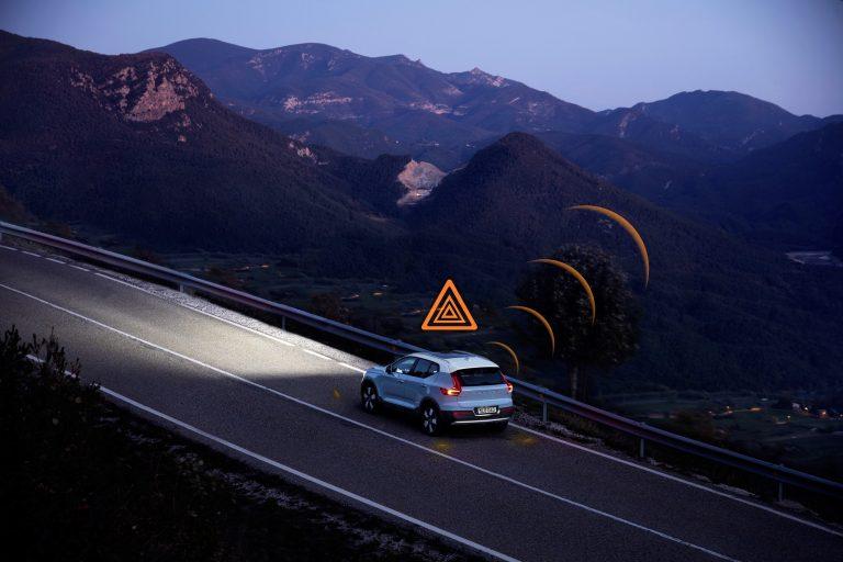 Volvon autot keskustelevat jatkossa keskenään — varoittavat muun muassa liukkaudesta