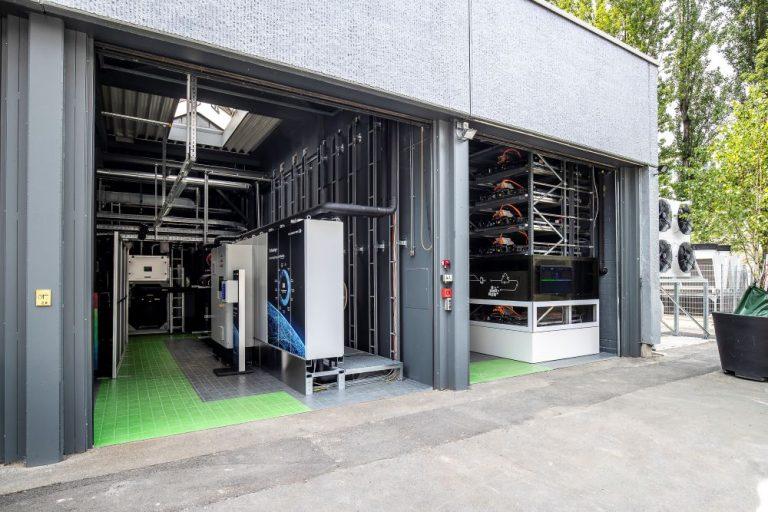 Käytetyistä sähköautojen akuista tehty sähkövarasto avattiin Berliinissä
