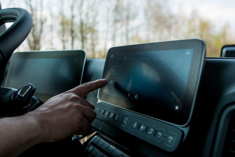 Mercedeksen Arocs-autossa voi seurata neljän eri kameran kuvaa auton ympäriltä