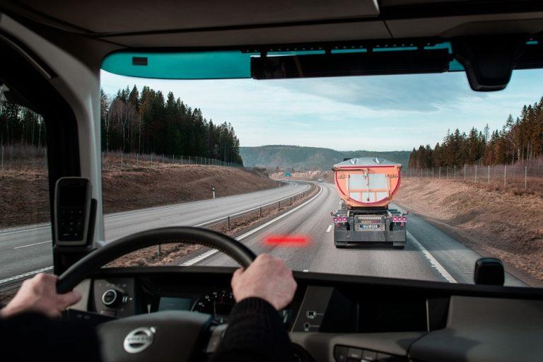 Volvon kuorma-autot voivat jatkossa varoittaa liian pienestä turvavälistä