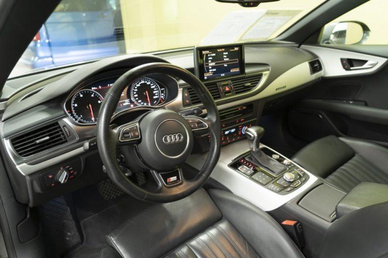 Auton nykyaikaisilla varusteilla turvaa ja mukavuutta ajamiseen